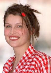 Coiffure-de-Laetitia-Casta-en-2001-le-retour-de-la-barrette-dans-les-cheveux_portrait_w674