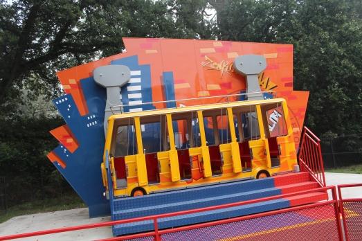 crazy-bus-attraction-walibi-enfant-petit