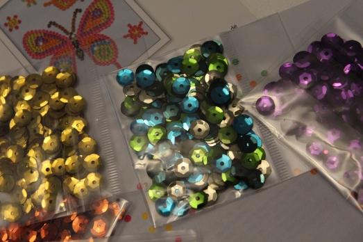 sentosphere-sequins-tableau-paillettes-papillon-fille-création-clou-couleur-brillant-activité-manuelle-artistique