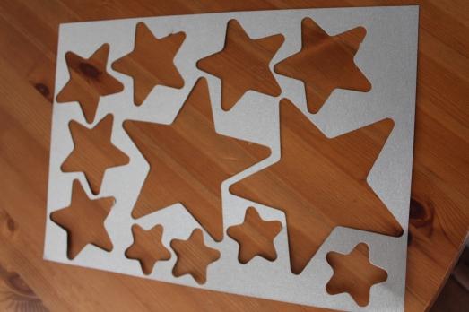 DIY-étoiles-guirlande-noël-enfant-bordeaux-doré-paillettes-déco-reste-set-table-fond