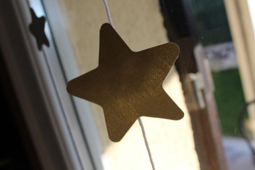 DIY-étoiles-guirlande-noël-enfant-bordeaux-doré-paillettes-déco