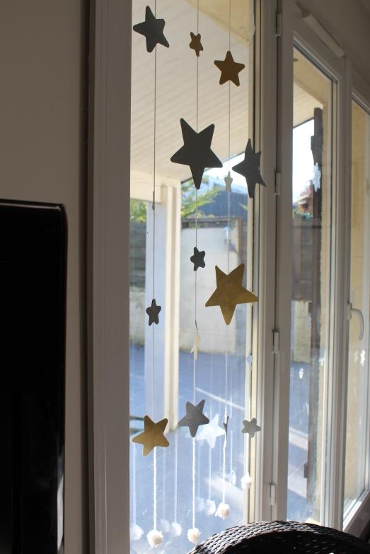DIY-étoiles-guirlande-noël-enfant-bordeaux-doré-paillettes-déco2