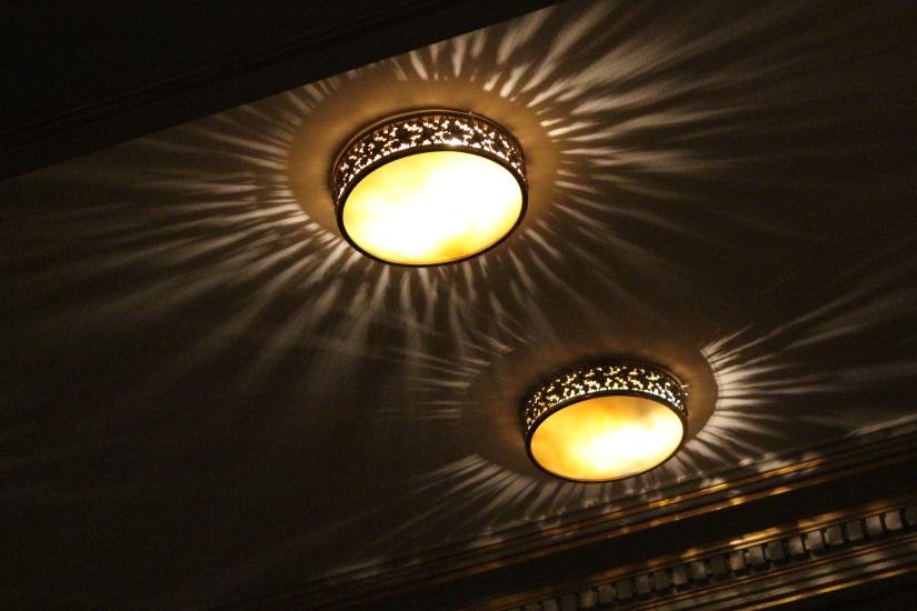 facade-entrée-grand-hotel-de-bordeaux-gouter-de-noel-brunch-enfant-décoration-intérieur-luminaire