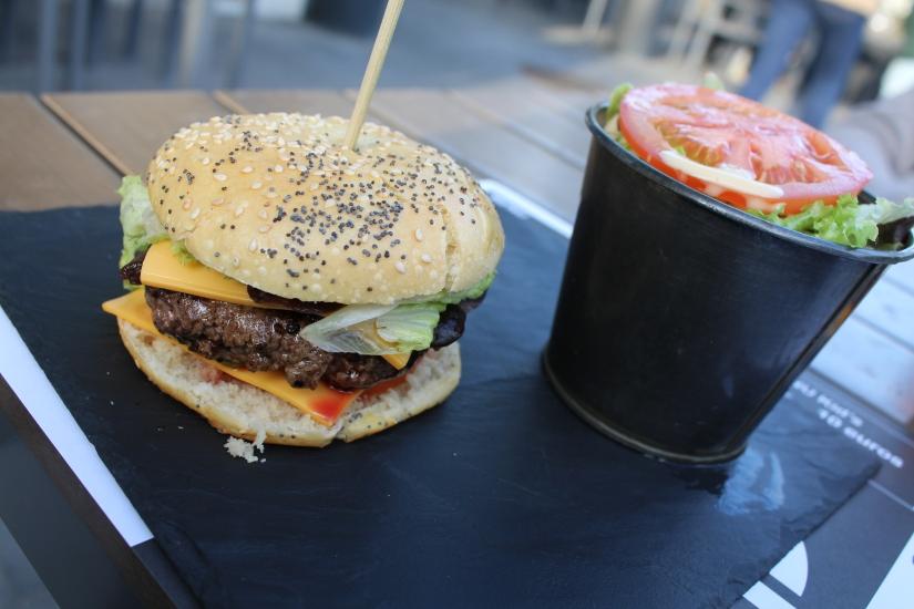 french-burgers-hamburger-maison-quai-des-marques-la-belle-excuse-devanture-enseigne-logo-salade-présentation
