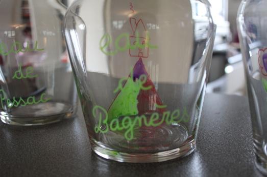 bouteille-carafe-verre-cadeau-personnaliser-peinture-fete-anniversaire-mamie-grand-mère-simple-pyrennees-montagne