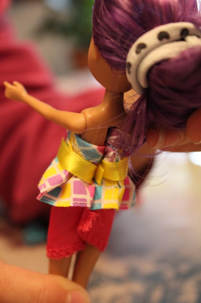 locksies-poupée-styliste-vetements-fille-mannequin-habiller-défilé-créer-création-art-dos-original