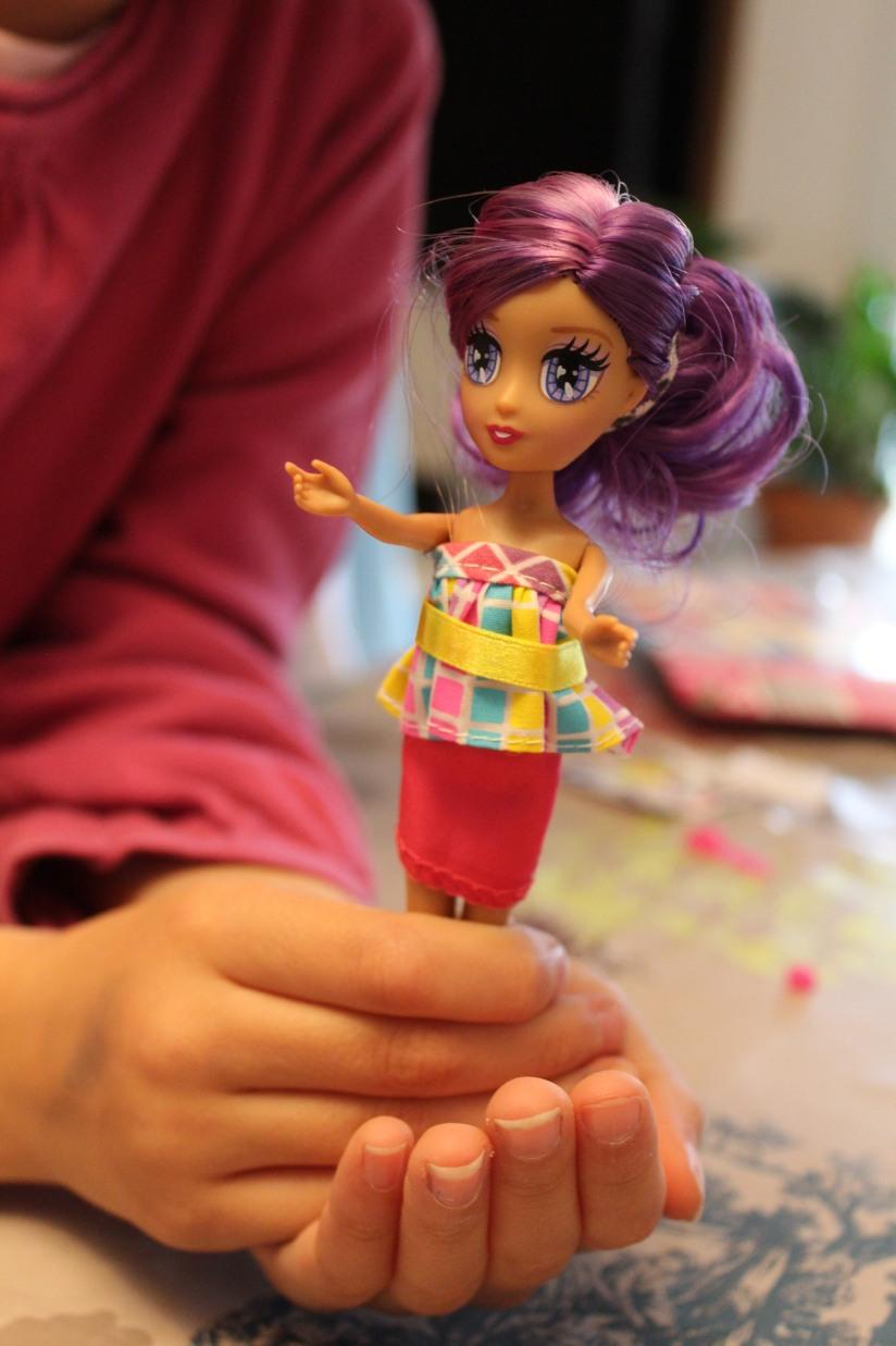locksies-poupée-styliste-vetements-fille-mannequin-habiller-défilé-créer-création-art-modèle-elli-cheveux-violet