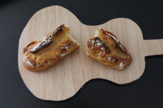 pain-magique-recette-machine-pétrir-sans-four-baguette-blog-croute-dessus-presentation-planche-guitare