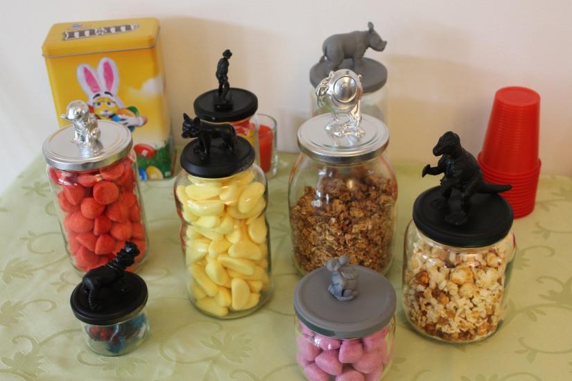 diy-bocaux-bocal-bonbon-anniversaire-gouter-figurine-dinosaure-collage-colle-peinture-déco-recup-recycler-reutiliser