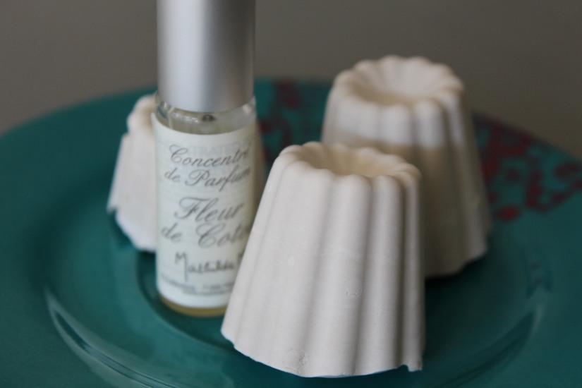 idee-cadeau-maman-fete-des-meres-caneles-gateaux-madeleine-macaron-platre-ceramique-parfum-ambiance-interieur-deco-diy-v