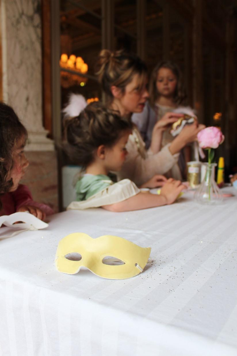 plume-et-caramel-gouter-anniversaire-enfant-haut-de-gamme-luxe-marie-antoinette-grand-hotel-evenementiel-bordeaux-atelier-animation-decoration-masque