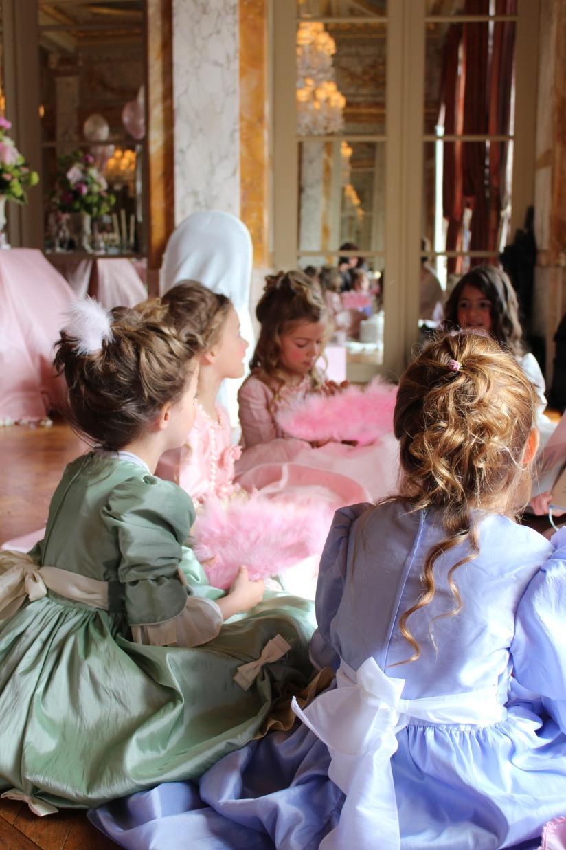 plume-et-caramel-gouter-anniversaire-enfant-haut-de-gamme-luxe-marie-antoinette-grand-hotel-evenementiel-bordeaux-conte-histoire-atelier-animation-jeu