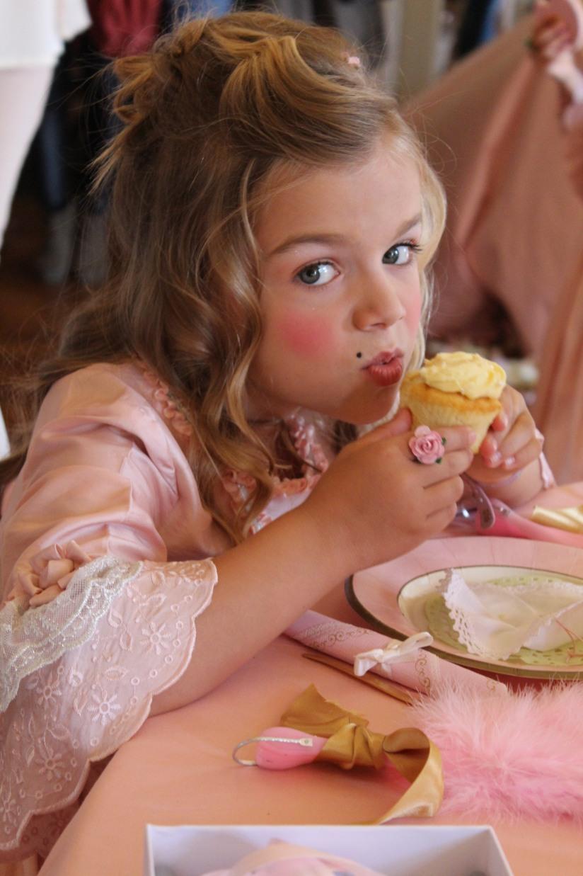 plume-et-caramel-gouter-anniversaire-enfant-haut-de-gamme-luxe-marie-antoinette-grand-hotel-evenementiel-bordeaux-cupcake-gateau