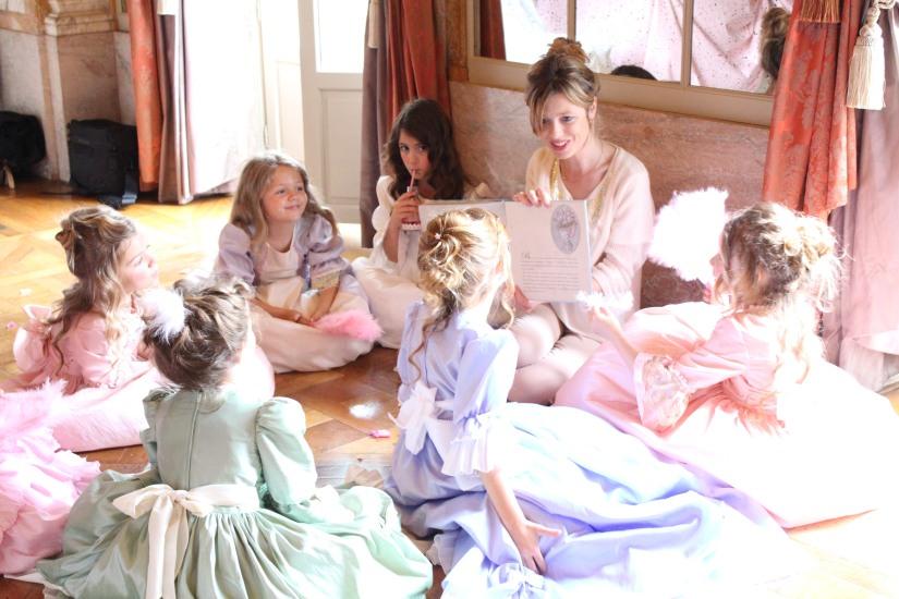 plume-et-caramel-gouter-anniversaire-enfant-haut-de-gamme-luxe-marie-antoinette-grand-hotel-evenementiel-bordeaux-lecture-conte-histoire-livre