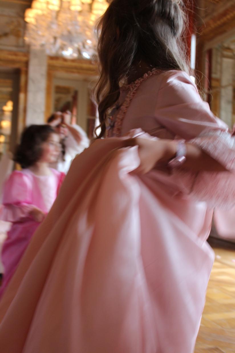 plume-et-caramel-gouter-anniversaire-enfant-haut-de-gamme-luxe-marie-antoinette-grand-hotel-evenementiel-bordeaux-robe-costume-jeu-deguisement-courir