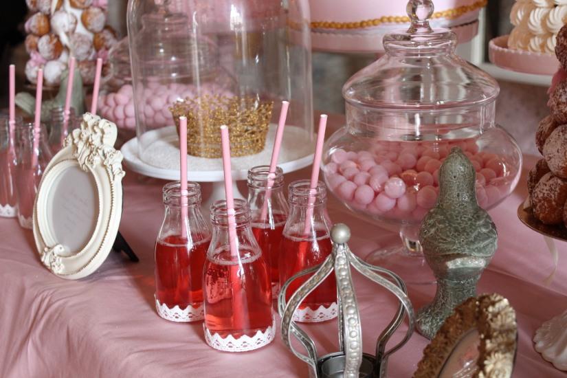 plume-et-caramel-gouter-anniversaire-enfant-haut-de-gamme-luxe-marie-antoinette-grand-hotel-evenementiel-bordeaux-sweet-table-buffet-boisson-macaron