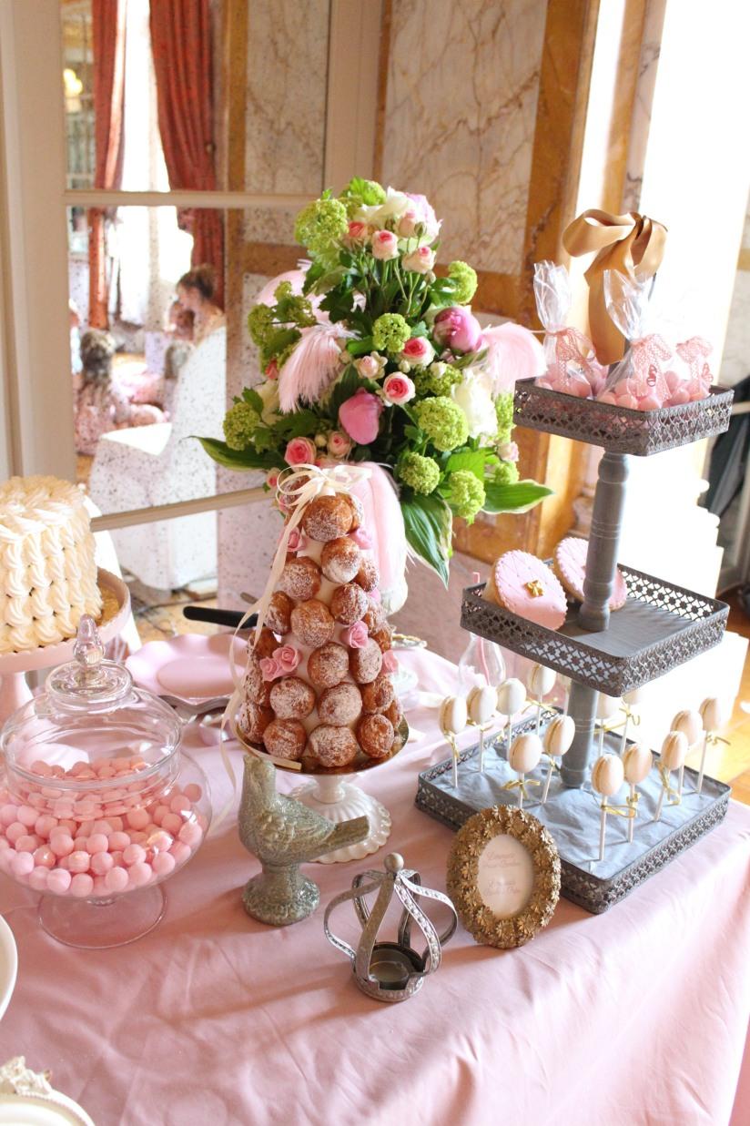 plume-et-caramel-gouter-anniversaire-enfant-haut-de-gamme-luxe-marie-antoinette-grand-hotel-evenementiel-bordeaux-sweet-table-décoration-buffet