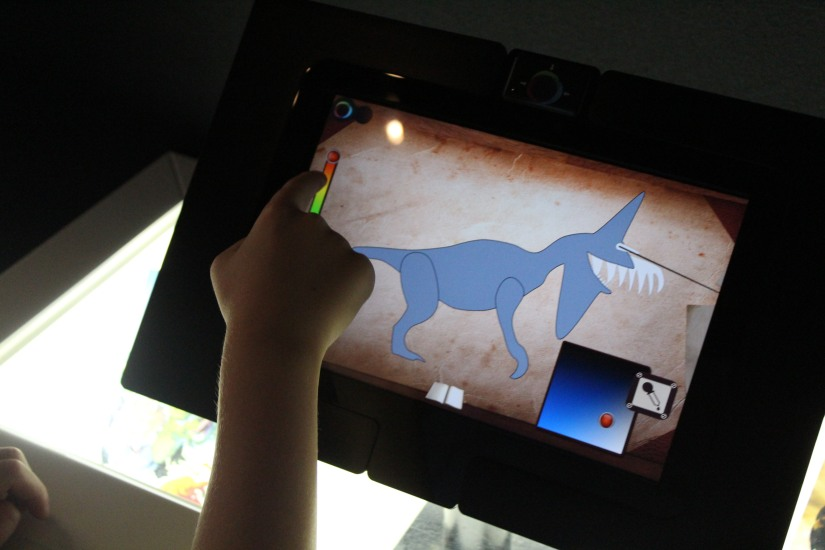 capsciences-t-rex-dinosaure-exposition-atelier-animation-bordeaux-enfant-tablette-interactif