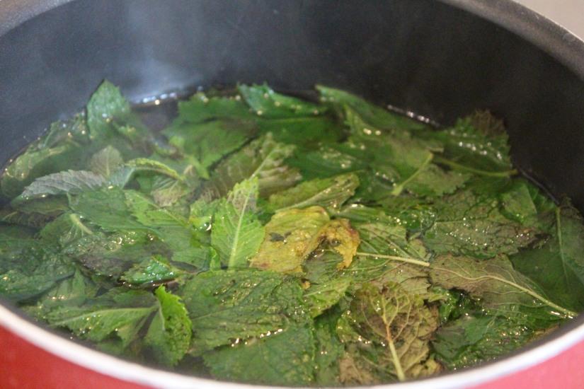 sirop-menthe-maison-bio-naturel-sucre-plante-bouteille-diy-cadeau-papa-feuille-laver-casserole-infuser