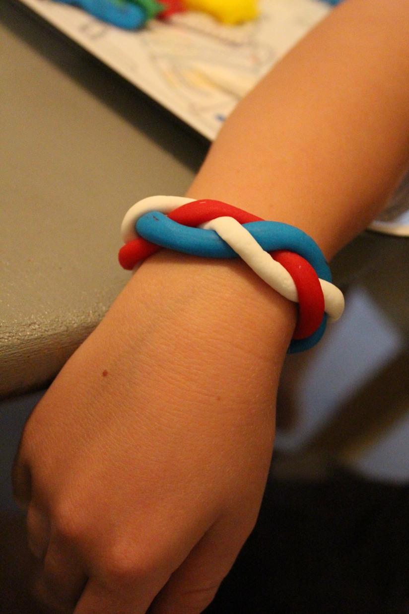 creadise-bonbon-pate-modeler-creation-enfant-boite-brochette-brochette-atelier-bracelet-mode-tresse-torsade-comestible