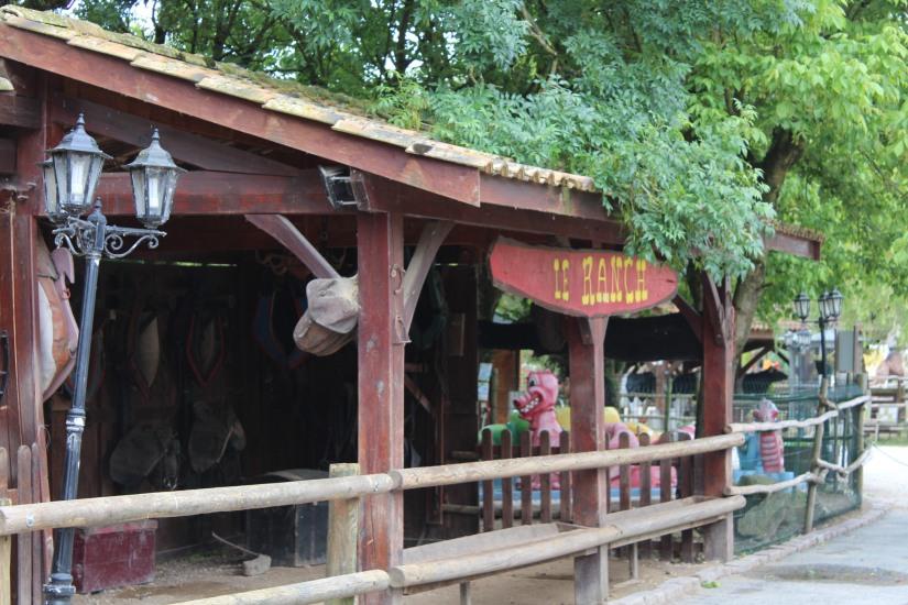 ferme-exotique-cadaujac-zoo-animaux-pedagogique-jeux-manege-petit-train-biberon-tetee-chevre-chameau-decor-western-sortie-enfant-bordeaux