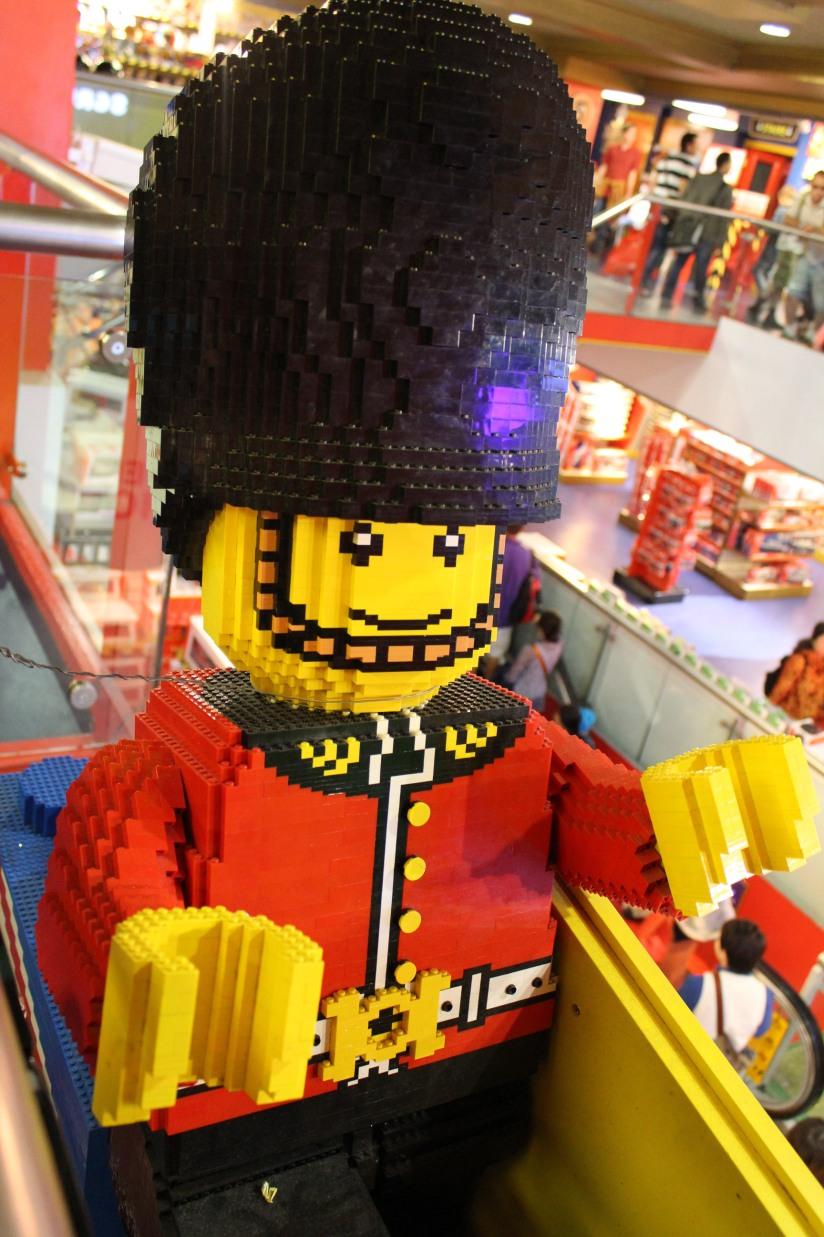 hamleys-bus-stop-arret-lego-magasin-jouet-brique-lego-geant-soldat-anglais-enfant