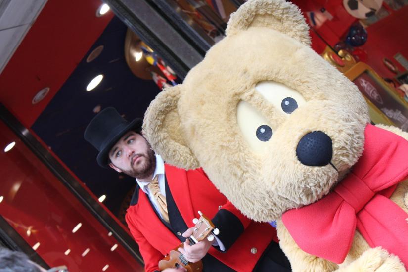 hamleys-bus-stop-arret-lego-magasin-jouet-brique-mascotte-animation-ours-teddy