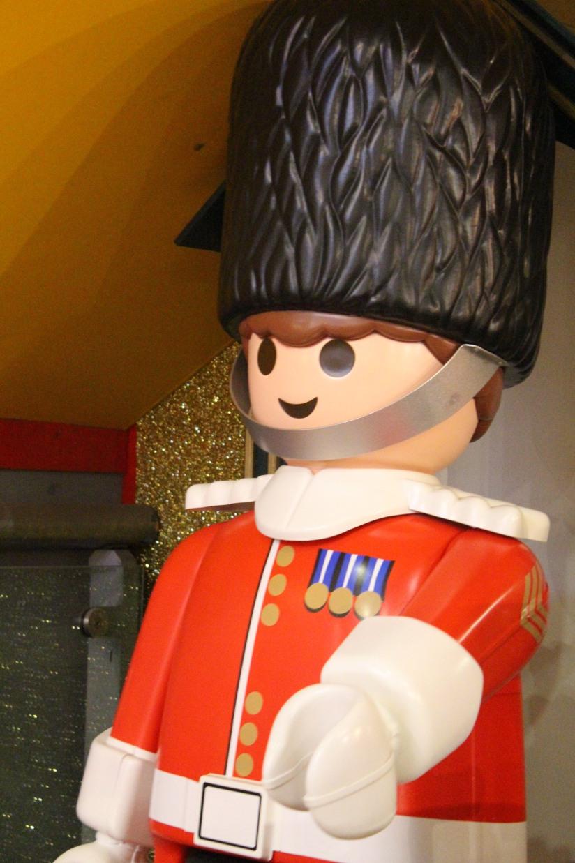 hamleys-bus-stop-arret-lego-magasin-jouet-brique-playmobil-anglais-soldat-geant