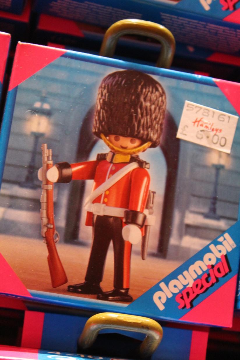 hamleys-bus-stop-arret-lego-magasin-jouet-brique-playmobil-soldat-anglais