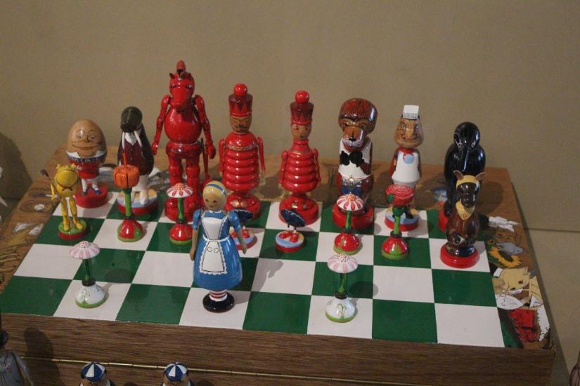 musee-de-enfance-v&a-londres-london-enfant-jouet-childhood-museum-collection-exposition-jeu-famille-visite-echiquier-alice-pays-merveilles