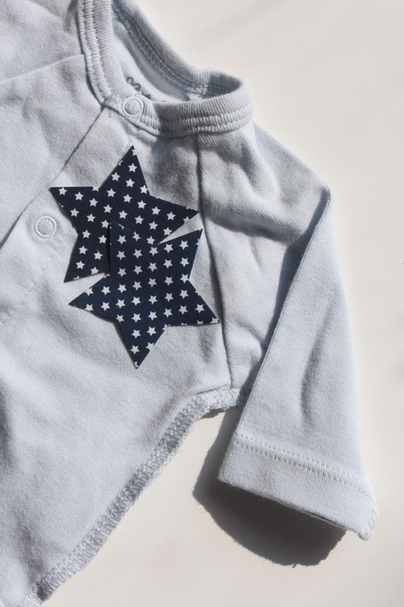 customisation-diy-tuto-body-prema-naissance-bebe-cadeau-facile-hema-thermocollant-tissu-forme-etoile-nuage-weloveprema-vertbaudet-montroucous-garçon