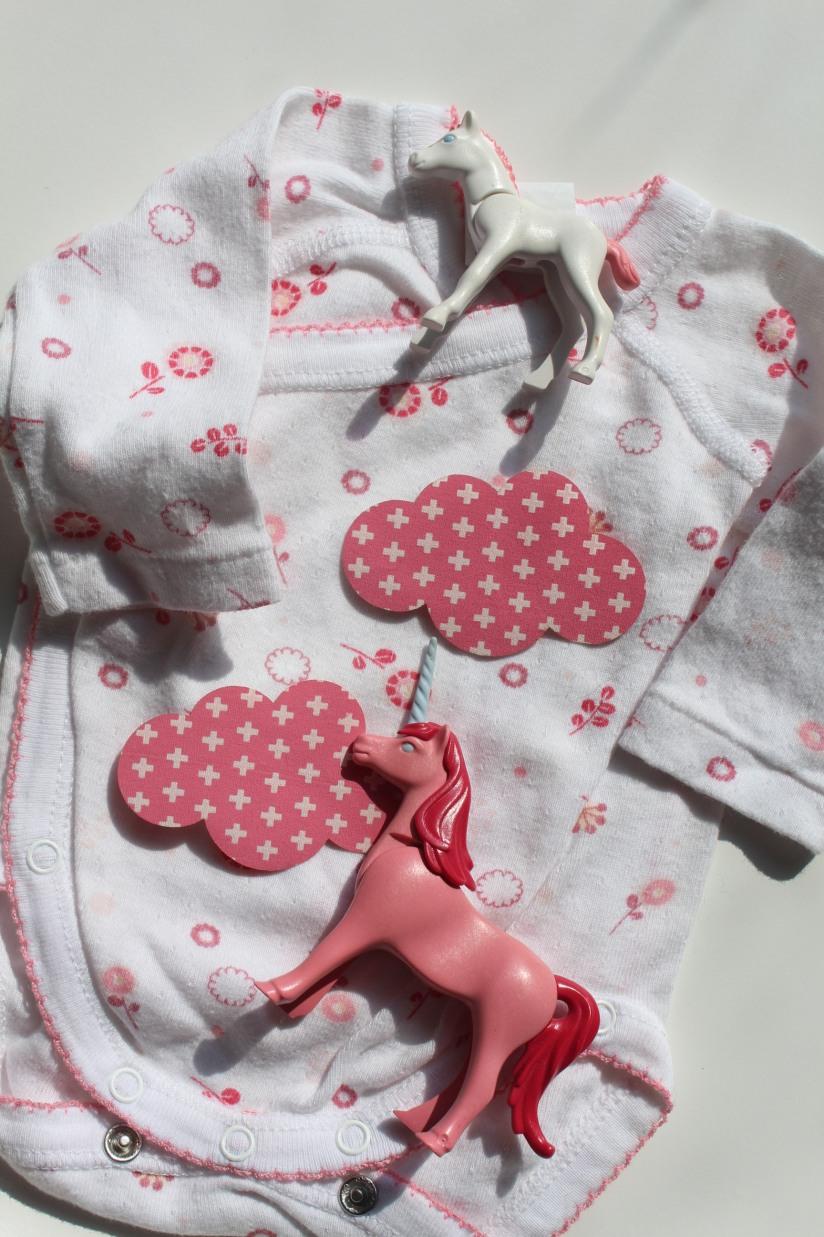 customisation-diy-tuto-body-prema-naissance-bebe-cadeau-facile-hema-thermocollant-tissu-forme-etoile-nuage-weloveprema-vertbaudet-montroucous-girl-unicorn