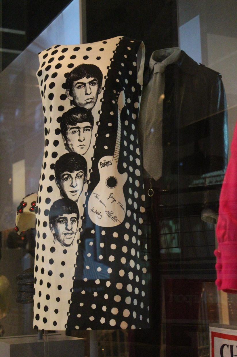museum-of-london-musee-de-londres-histoire-enfant-sortie-decouverte-ludique-pedagogique-voyage-mode-fashion-beatles-robe