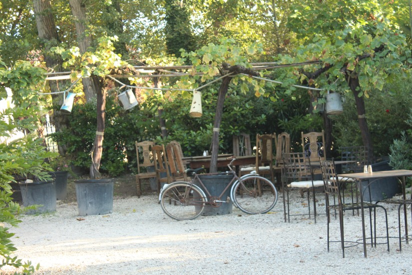 restaurant-la-ferme-bruges-bordeaux-enfant-decor-animaux-coq-canard-campagne-ville-bicyclette-table-velo-chaises-exterieur