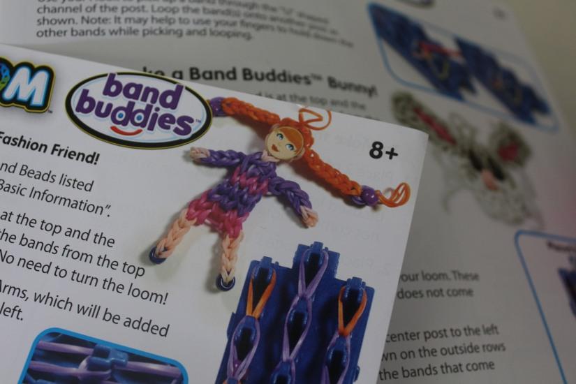 super-cra-z-loom-crazy-bracelet-elastique-personnage-banderole-metier-tisser-geant-figurine-porte-clé-pochette-portable-enfant-comment-faire-explication-tuto-fille-fillette-petite