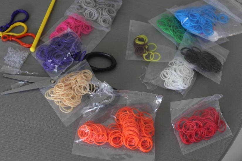 super-cra-z-loom-crazy-bracelet-elastique-personnage-banderole-metier-tisser-geant-figurine-porte-clé-pochette-portable-enfant-couleur-divers