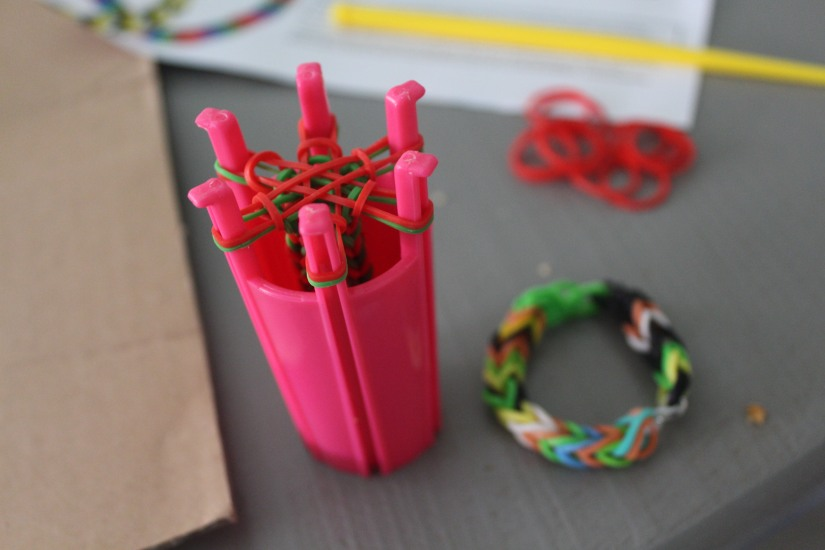 super-cra-z-loom-crazy-bracelet-elastique-personnage-banderole-metier-tisser-geant-figurine-porte-clé-pochette-portable-enfant-exemple