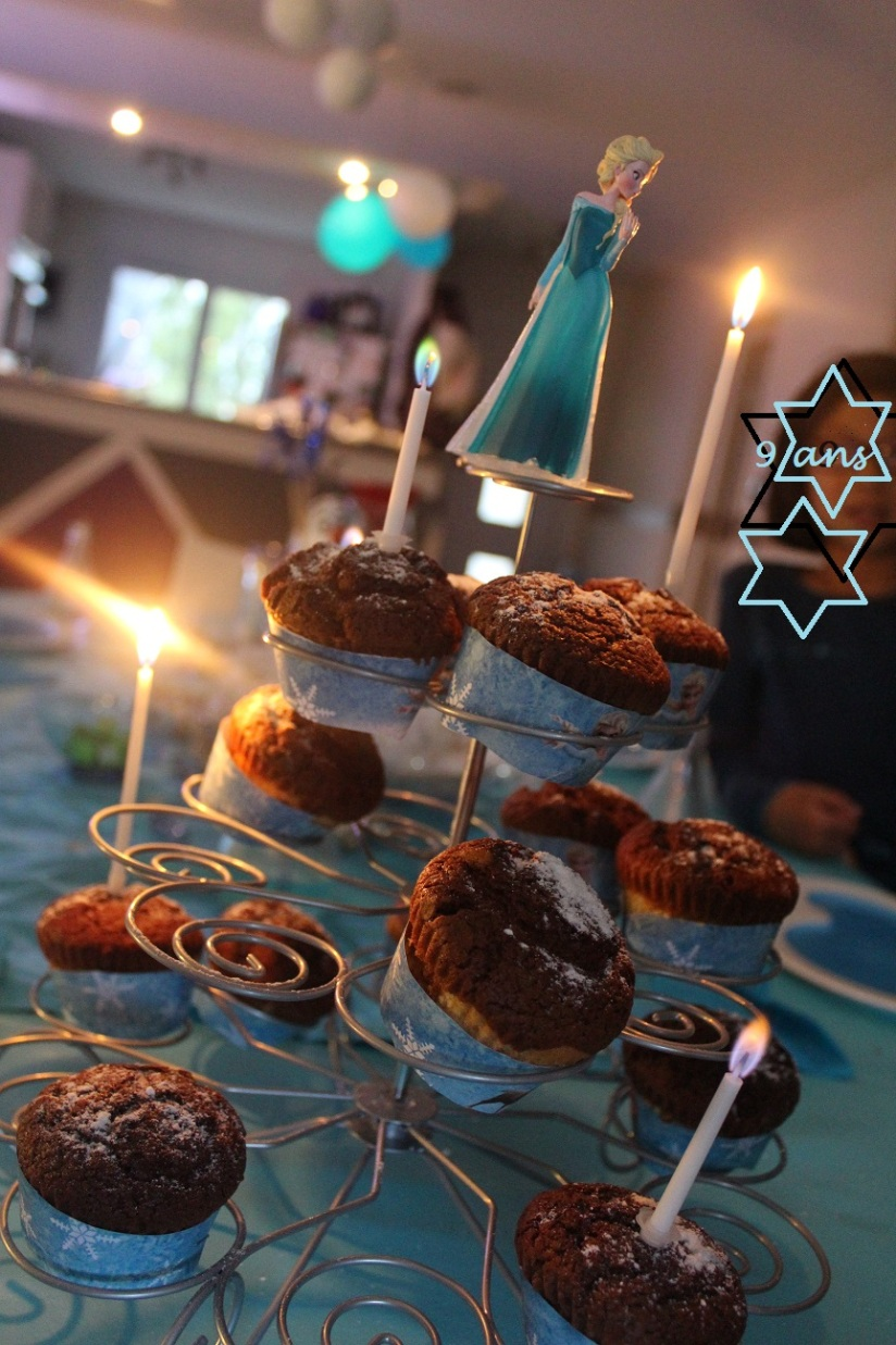anniversaire-gouter-birthday-frozen-reine-des-neiges-flocon-disney-elsa-anna-bleu-blanc-glace-gateau-fete-pyjama-party-cupcakes-muffins-chocolat
