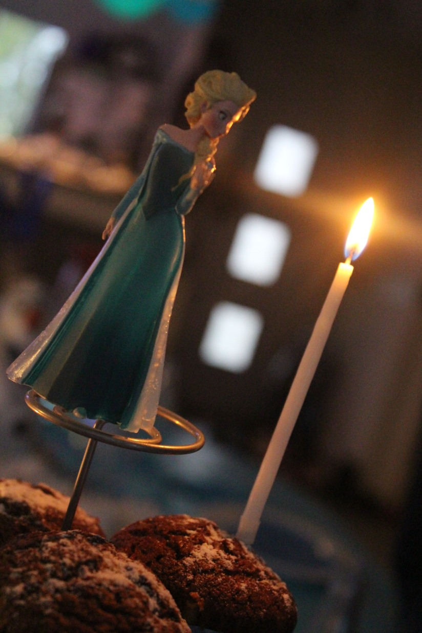anniversaire-gouter-birthday-frozen-reine-des-neiges-flocon-disney-elsa-anna-bleu-blanc-glace-gateau-fete-pyjama-party-figurine-bully-deco-top