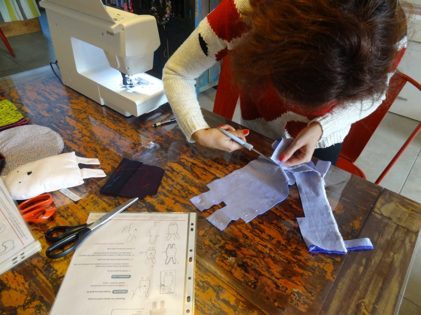 I-fil-good-atelier-couture-maman-future-jeune-debutant-machine-doudou-bavoir-animation-decouverte-cadeau-bordeaux-lormont-rive-droite-convivial-facile-auguilles