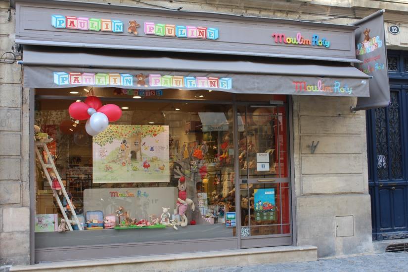 paulin-pauline-bordeaux-boutique-jouets-jeux-peluches-doudou-moulin-roty-bébé-naissance-gigoteuse-vetement-devanture-ballon