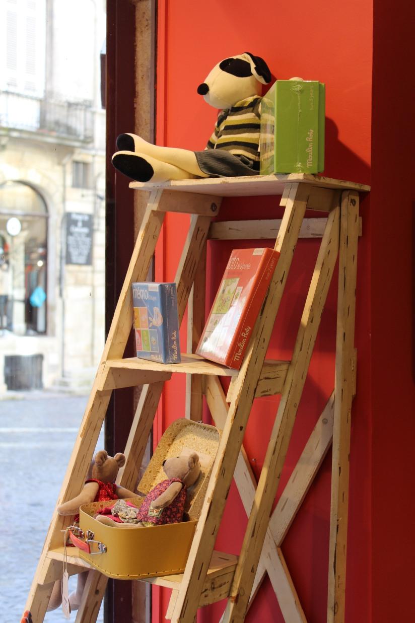 paulin-pauline-bordeaux-boutique-jouets-jeux-peluches-doudou-moulin-roty-bébé-naissance-gigoteuse-vetement-vitrine-echelle-decoration