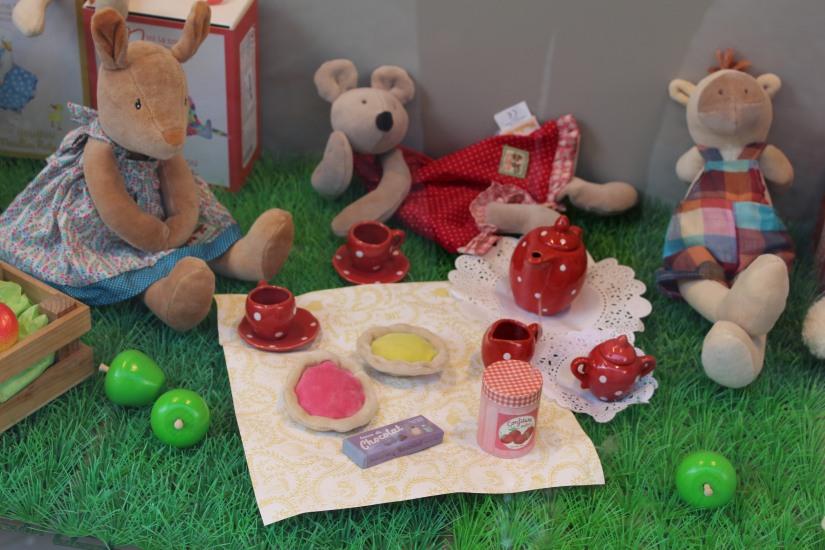 paulin-pauline-bordeaux-boutique-jouets-jeux-peluches-doudou-moulin-roty-bébé-naissance-gigoteuse-vetement-vitrine-pique-nique