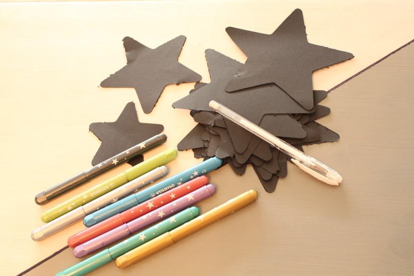 diy-calendrier-avent-noel-tuto-bricolage-papier-enfant-idee-vacances-facile-etoile-cadeau-feutre-paillette-decoration