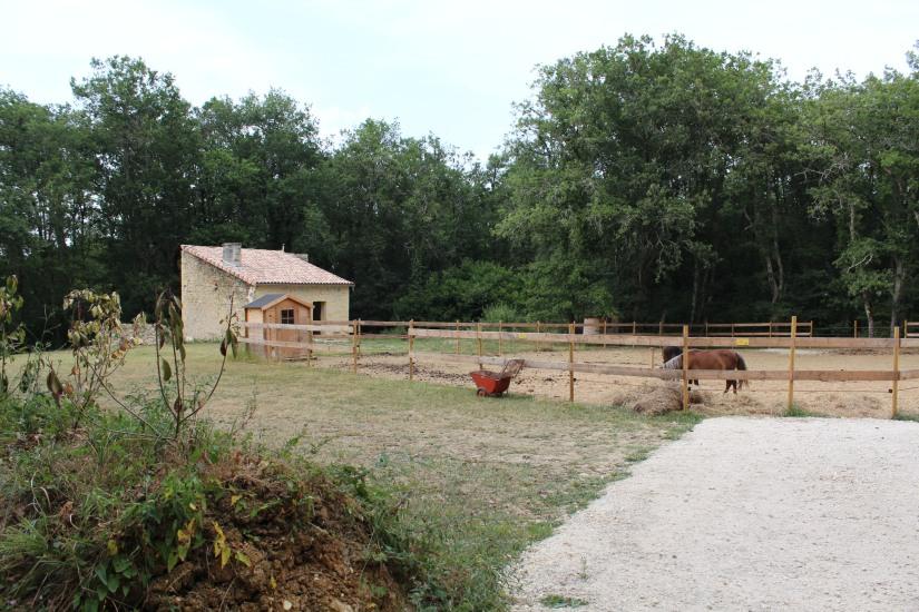 cabane-romaningue-pompignac-bordeaux-tonneau-fut-vin-gironde-visite-nuit-dormir-depaysement-campagne-petit-dej-apero-rouge-famille-enfant-poney