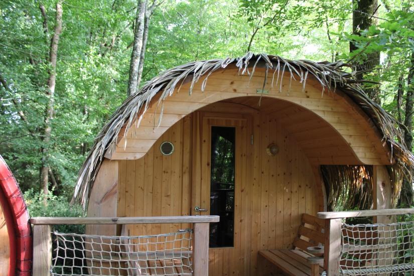 cabane-romaningue-pompignac-bordeaux-tonneau-fut-vin-gironde-visite-nuit-dormir-depaysement-campagne-petit-dej-apero-rouge-famille-enfant-terrasse