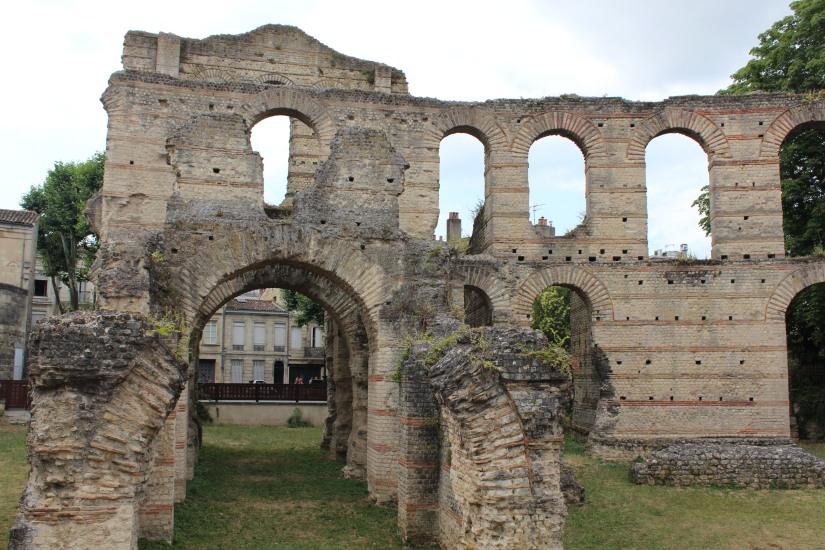 palais-gallien-romain-rome-bordeaux-histoire-patrimoine-monument-burdigala-decouverte-visite-ruine-pierre-centre-ville-enfant