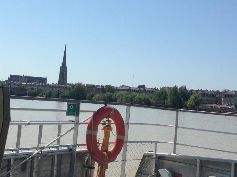 Batcub-bateau-transport-bordeaux-navette-garonne-tramway-metro-traversee-fluviale-balade-decouverte-visite-excursion-fluide-deplacement-ville-hangar-quai