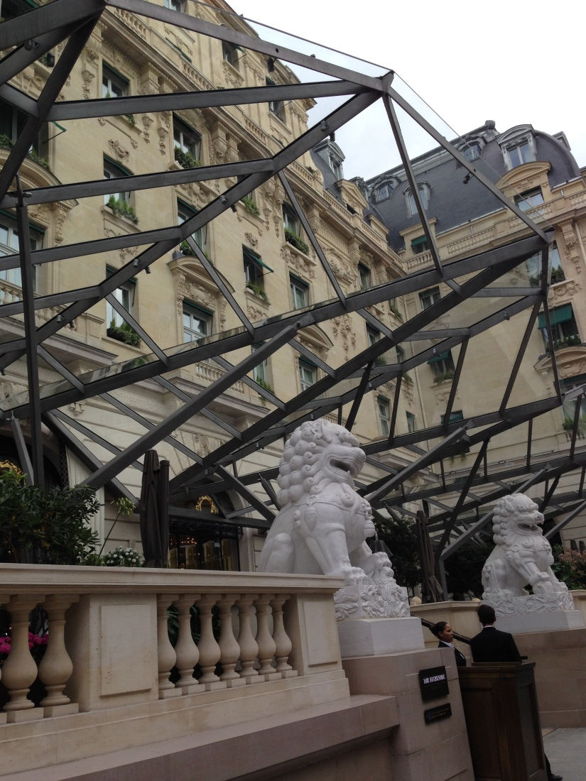 peninsula-hotel-lobby-table-afternoon-tea-gouter-thé-royal-majestic-majestueux-patisserie-terrasse-couverte-luxe-paris (4)