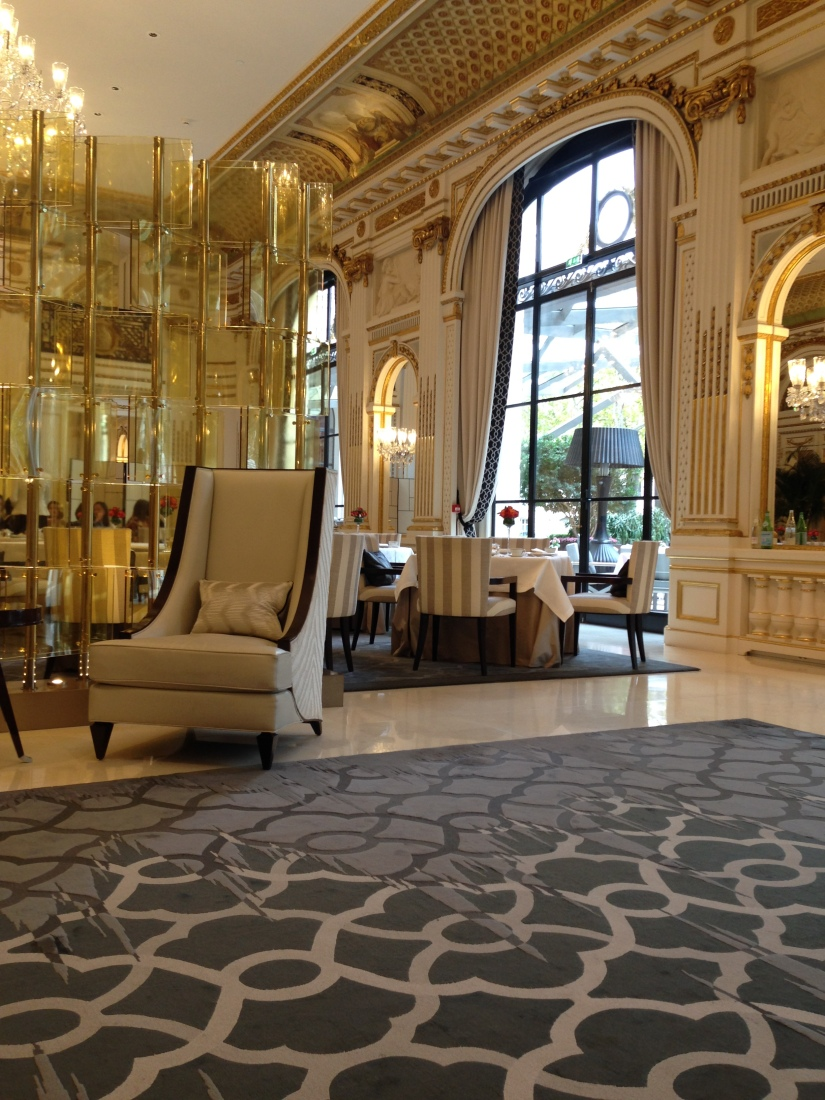 peninsula-hotel-lobby-table-afternoon-tea-gouter-thé-royal-majestic-majestueux-patisserie-terrasse-couverte-luxe-paris